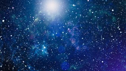 Panoramiczny widok w kosmos. Ciemne nocne niebo pełne gwiazd. Mgławica w kosmosie.