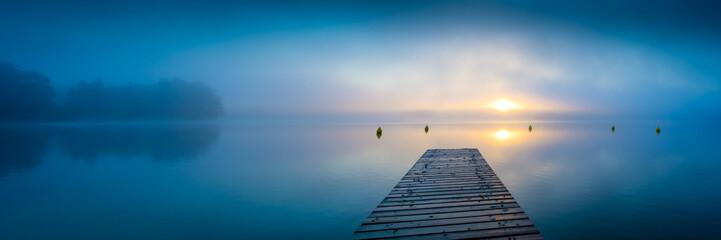 Sonnenaufgang am See mit Steg und Nebel - Panorama