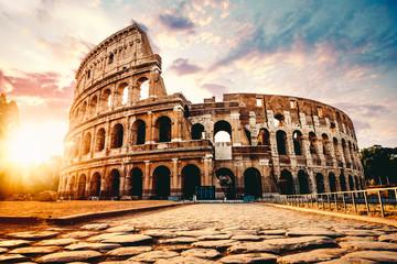 Antyczny Colosseum w Rzym przy zmierzchem