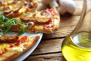 Chrupiąca pizza.  Smakowita pizza z warzywami podana na blaszce.
