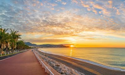 Krajobraz z kolorową wschodem słońca panoramą nad zatoką aniołów, Ładny, wybrzeże Riviera Francuska