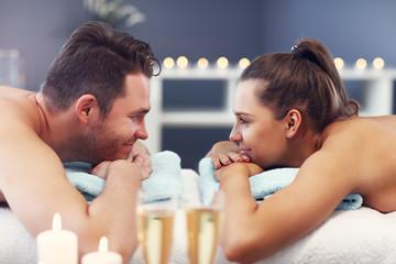 Dorosła szczęśliwa para relaksuje w zdroju salonie