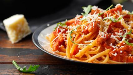 Spaghetti alla Amatriciana z boczkiem, pomidorami i serem pecorino