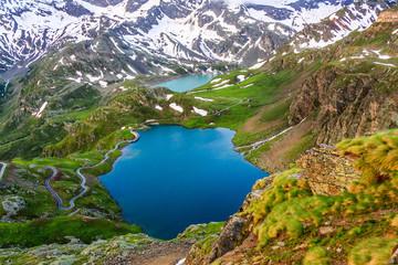Panoramiczny widok na jezioro Agnel z Parku Narodowego Gran Paradiso. Włochy. Latem krajobraz z gór Alp Włoskich. Zdjęcie lotnicze pięknych gór.
