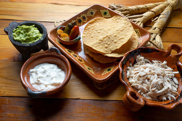 """Meksykańskie jedzenie. Tost z tortilli z kurczakiem i guacamole """"tostadas Syberia"""""""