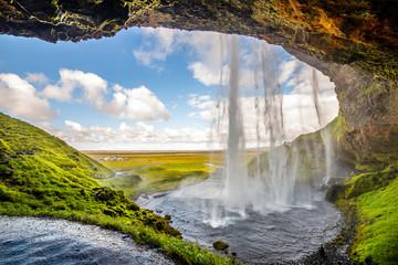 Widok na Seljalandsfoss, jeden z najbardziej oszałamiających wodospadów na Islandii