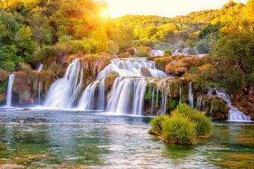 Niesamowity krajobraz przyrody, piękny wodospad o wschodzie słońca, słynny Skradinski buk, jeden z najpiękniejszych wodospadów w Europie i największy w Chorwacji, tło podróży na zewnątrz
