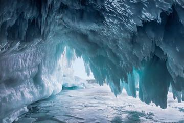 Wspaniała jaskinia lodowa na jeziorze Bajkał. Wschodnia Syberia, Rosja
