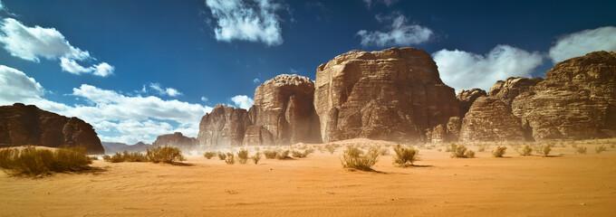 Przyroda i skały pustyni Wadi Rum lub Valley of the Moon, Jordania, burza piaskowa