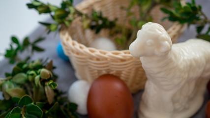 Wielkanocny koszyk z jajkami i barankiem.