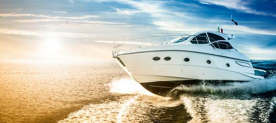 Luksusowa motorówka żeglująca po morzu o świcie