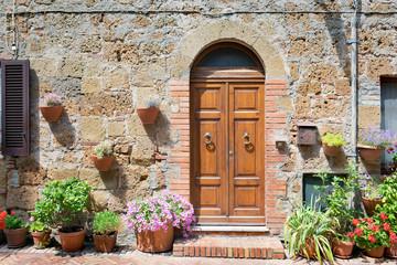 Typowe domy Sovana zbudowane z tufu.