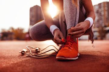 Kobieta przygotowuje się do biegania