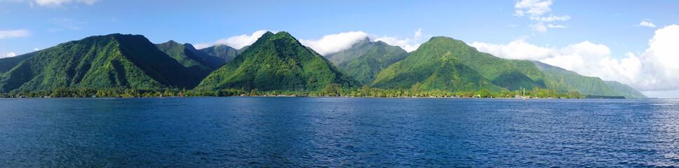 DRONE Latanie nad błękitnym morzem w kierunku gór Tahiti