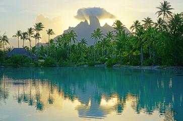 Widok Mont Otemanu góra odbija w wodzie przy zmierzchem w Bora Bora, Polinezja Francuska, Południowy Pacyfik