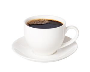 Czarna kawa w filiżance odizolowywającej na białym tle.
