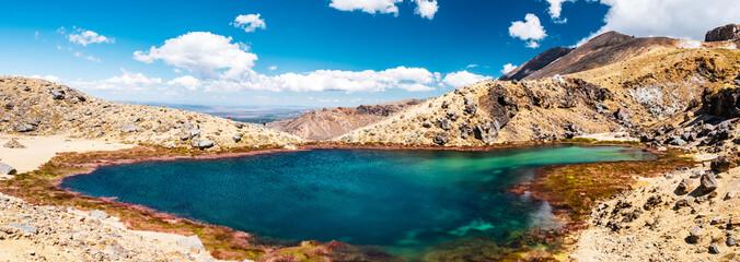 Panorama Krajobrazowy widok piękny Tongariro skrzyżowanie ślad na pięknym dniu z niebieskim niebem, Północna wyspa, Nowa Zelandia.