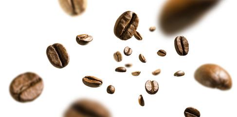 Kawowe fasole w locie na białym tle