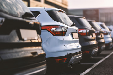 samochody zaparkowane w rzędzie na parkingu zewnętrznym