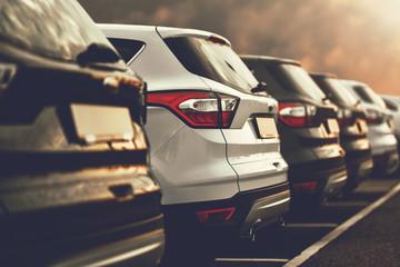 SUV-y zaparkowane w salonie samochodowym