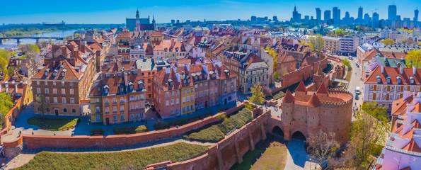 Warszawa, Polska Zabytkowy dach panoramę miasta z kolorowymi budynkami architektury w rynku starego miasta i wieżą kościoła z niebieskim niebem
