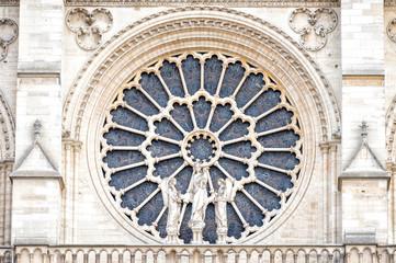 PARYŻ, NOTRE DAME: Okno zachodniej róży i detale architektoniczne katolickiej katedry Notre-Dame de Paris. Zbudowany we francuskiej architekturze gotyckiej i należy do największych i najbardziej znanych