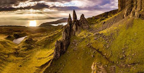 Widok z lotu ptaka na Old Man of Storr i klify Storr na wyspie Skye jesienią, Szkocja, Wielka Brytania