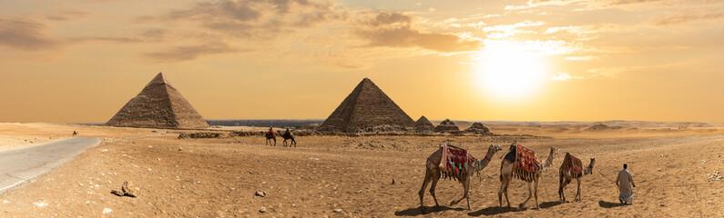 Panorama piramidy w Chefrenie, piramidy Menkaure i trzech towarzyszy piramidy, Giza, Egipt