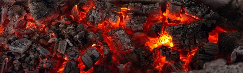 Płonący węgle od pożarniczego abstrakcjonistycznego tła.