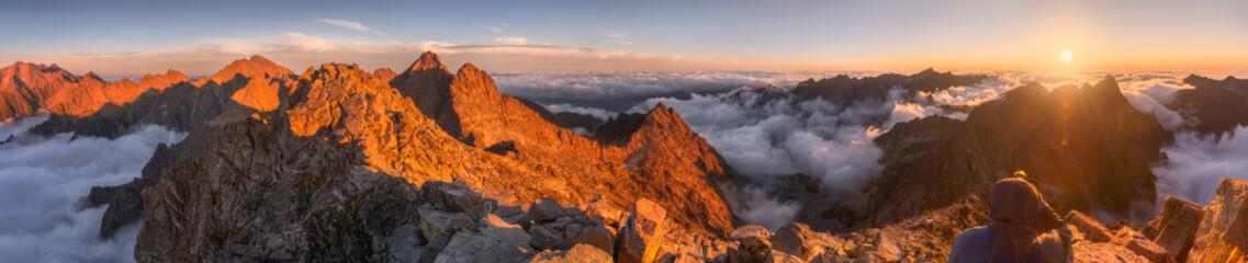 Krajobraz gór z inwersją w dolinie o zachodzie słońca, jak widać z Rysy Peak w Tatrach Wysokich na Słowacji