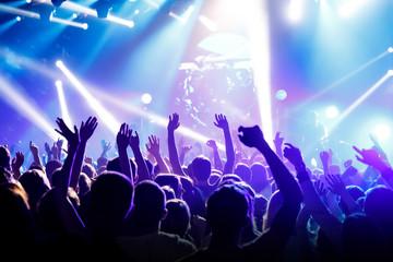 Podniósł ręce na cześć muzycznego show na scenie