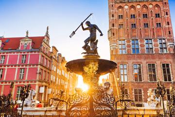 Polska, Gdańsk, słynna fontanna Neptuna o zachodzie słońca. Popularna atrakcja turystyczna i cel podróży w Europie