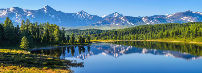 Górski krajobraz, malownicze górskie jezioro w letni poranek, duża panorama, Ałtaj