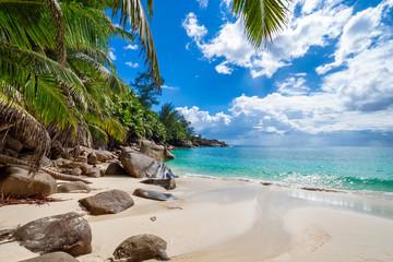 Idealna nietknięta tropikalna plaża Seszele