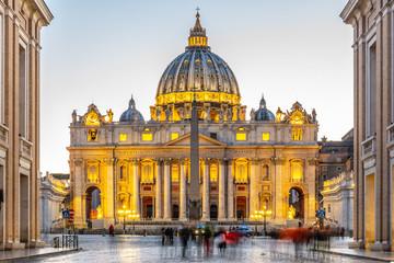 Watykan nocą. Podświetlana kopuła bazyliki św. Piotra i placu św. Piotra na końcu Via della Conciliazione. Rzym, Włochy