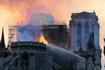 Katedra Notre Dame de Paris w ogniu