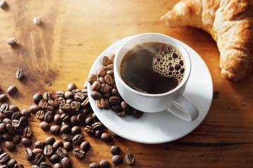 Filiżanka gorąca kawa na drewnianym stole