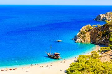 Żeglowanie łódź w pięknej zatoce przy Apella plażą, Karpathos wyspa, Grecja