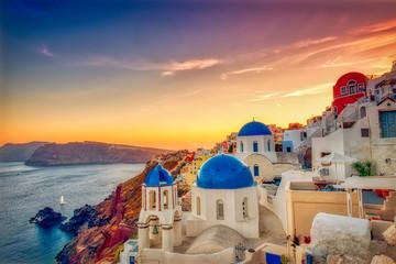 Oia wioska w Santorini wyspie przy zmierzchem w Grecja