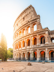 Koloseum lub Koloseum. Ranku wschód słońca przy ogromnym Romańskim amfiteatrem, Rzym, Włochy.