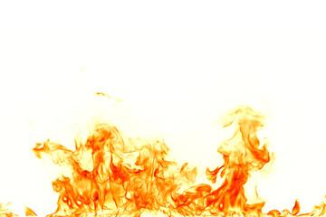 Ogieni płomienie odizolowywający na białym tle.