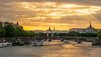 パリ セーヌ川 夕景