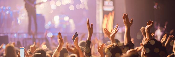Koncert na scenie, rozrywka Muzyka Światło i dźwięk, festiwal muzyki koncertowej, zarządzanie wydarzeniami. Abstrakcjonistyczna plama, Bokeh, dla tła.