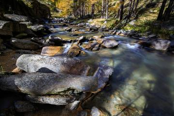 torrente a Ceresole Reale, Piemonte, nel parco nazionale del Gran Paradiso