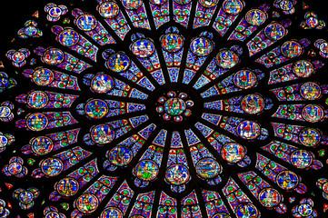 PARYŻ - FRANCJA: Okno North Rose w katedrze Notre Dame pochodzi z 1250 roku i ma również 12,9 metra średnicy. Jego głównym tematem jest Stary Testament.