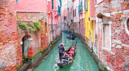 Wenecka gondolier punting gondolę przez zielony kanał nawadnia Wenecja Włochy