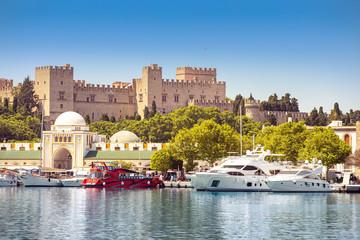 Rhodes stary forteczny pejzaż miejski z portem morskim przy przedpolem. Cele podróży w Grecji