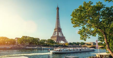 Wieża Eiffla w Paryżu z małej ulicy