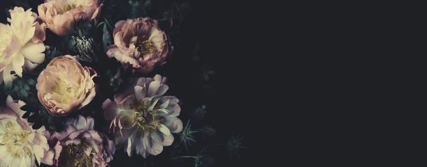 Vintage bukiet pięknych piwonii na czarno. Dekoracja florystyczna. Tło kwiatowy. Barokowy staromodny styl. Naturalne kwiaty wzór tapety lub karty z pozdrowieniami