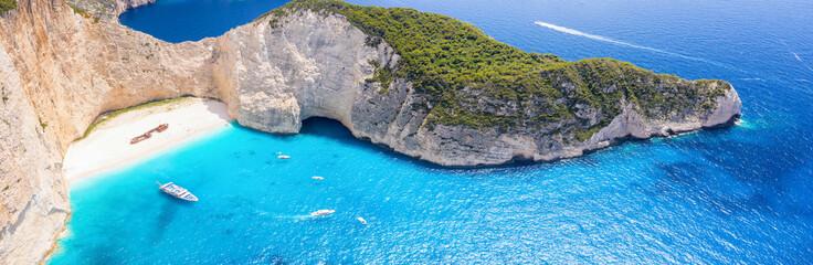 Panorama słynnej plaży Navagio Shipwreck na Zakynthos z błękitnym morzem i drobną piaszczystą plażą, Wyspy Jońskie, Grecja